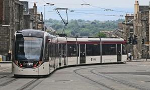 De tram van Edinburgh ríjdt