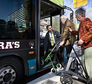 Hoe krijgen we meer ouderen in de bus?