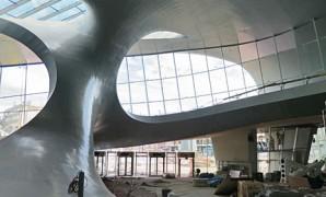 Stationshal van gebogen staal