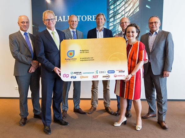 De ov-bedrijven overhandigden vandaag de eerste BudgetZeker OV-chipkaart aan Hans de Boer, voorzitter van werkgeversorganisatie VNO NCW.