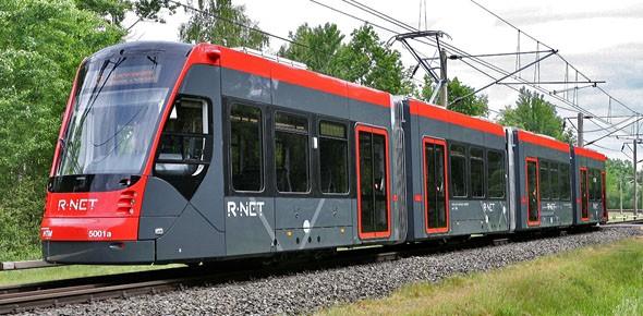 Eerste Avenio-tram rijdt door Den Haag