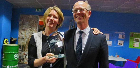 De winnaars van de Blije Reizigers Prijs, Inge Keur (GVB) en Bas Weele (Arriva) van de Smart-OV proef.