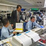 Persvoorlichter Eiichi Furuhashi (staand) spreekt collega's in de controlekamer van Tokyo Metro.