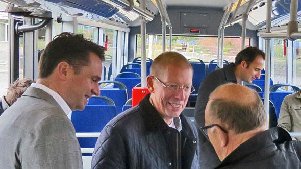 CEO van Ebusco Peter Bijvelds (links) en materieelbeheerder van Qbuzz Han van der Wal (midden).