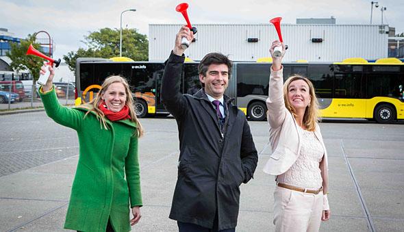 Startsignaal voor het e-busproject. Vanaf links: wethouder van Utrecht Lot van Hooijdonk, concessiedirecteur van Qbuzz Michel van den Munckhof en gedeputeerde van de provincie Utrecht Jacqueline Verbeek-Nijhof.
