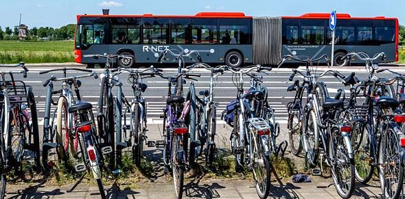 Fiets maakt van bushalte vervoerknoop