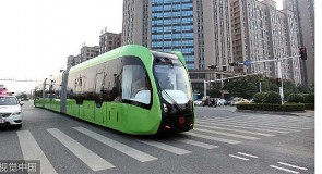 Railloze tram getest in Zhuzhou, China